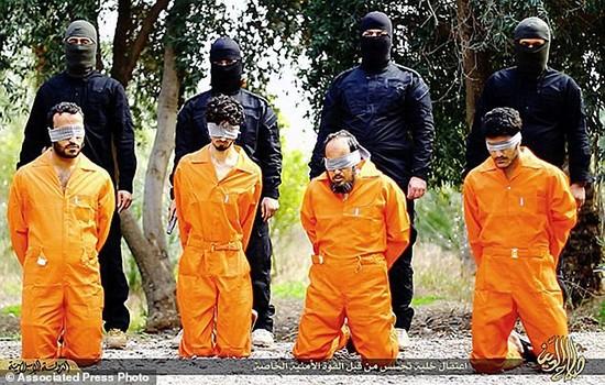 IS hành quyết hàng chục chiến binh bị nghi là gián điệp - ảnh 1