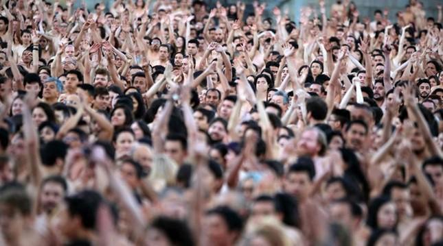 Hơn 6.000 người chụp ảnh khỏa thân ngay giữa quảng trường - ảnh 1