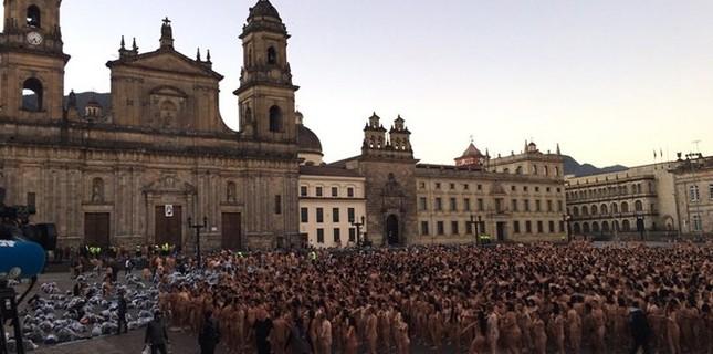Hơn 6.000 người chụp ảnh khỏa thân ngay giữa quảng trường - ảnh 2