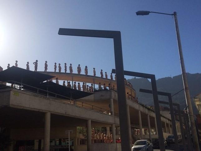 Hơn 6.000 người chụp ảnh khỏa thân ngay giữa quảng trường - ảnh 3
