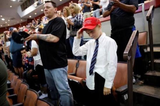 Cậu bé bị cấm đội mũ ủng hộ Donald Trump đến trường - ảnh 1