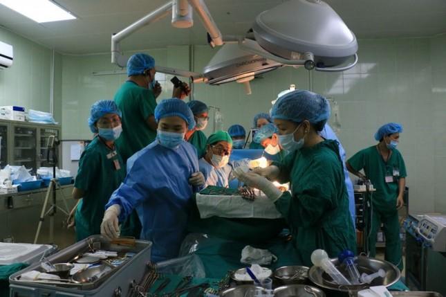 Phẫu thuật thành công cho bé mới sinh 3 giờ mắc bệnh hiếm gặp - ảnh 1