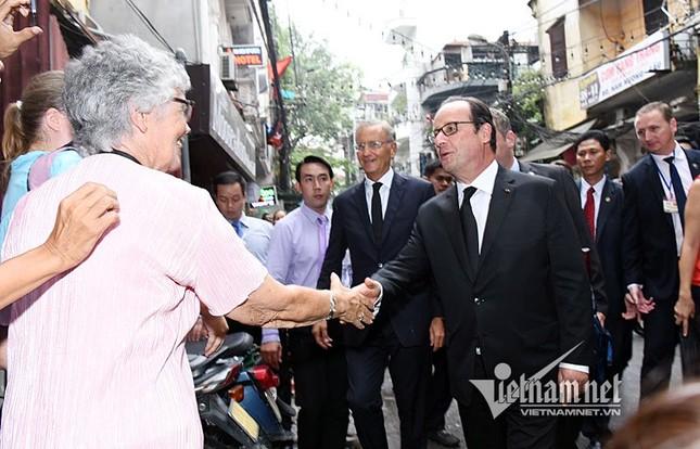Tổng thống Pháp sánh bước cùng GS Ngô Bảo Châu ở phố cổ - ảnh 1
