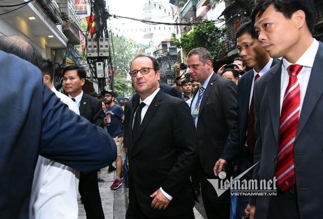 Tổng thống Pháp sánh bước cùng GS Ngô Bảo Châu ở phố cổ - ảnh 4