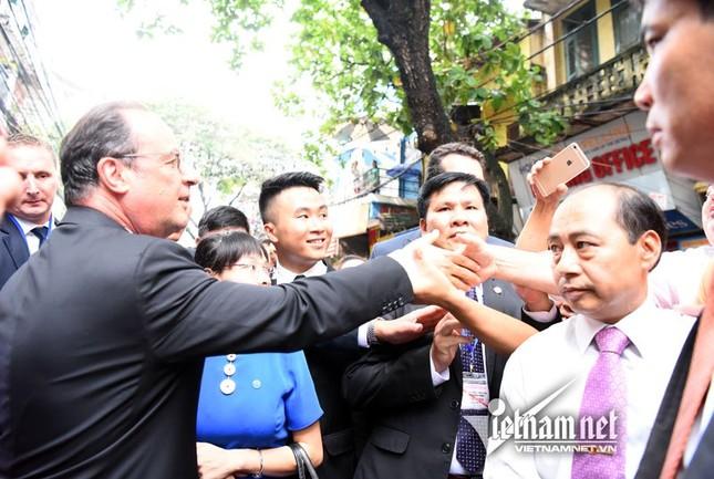 Tổng thống Pháp sánh bước cùng GS Ngô Bảo Châu ở phố cổ - ảnh 5