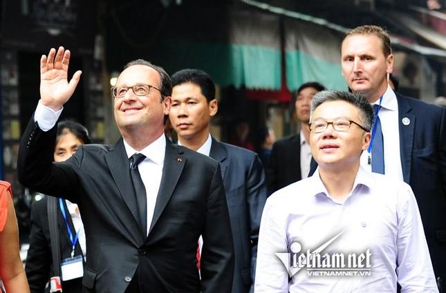 Tổng thống Pháp sánh bước cùng GS Ngô Bảo Châu ở phố cổ - ảnh 6