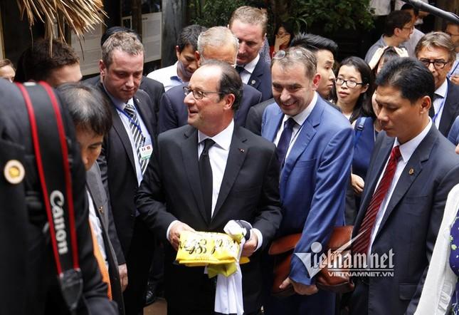 Tổng thống Pháp sánh bước cùng GS Ngô Bảo Châu ở phố cổ - ảnh 7