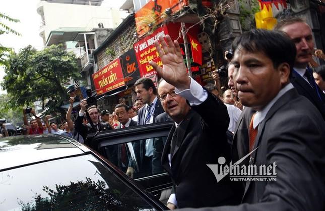 Tổng thống Pháp sánh bước cùng GS Ngô Bảo Châu ở phố cổ - ảnh 8