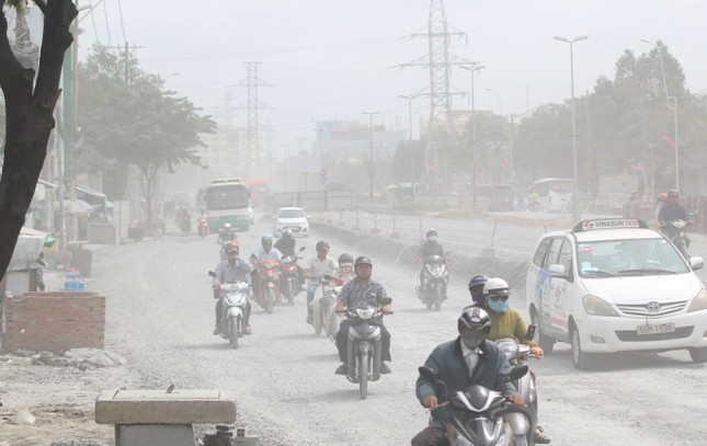 Người Sài Gòn khốn khổ vì con đường bụi mịt mù - ảnh 1