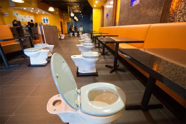 Kỳ dị những nhà hàng toilet trên thế giới - anh 1