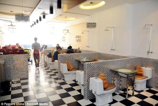 Kỳ dị những nhà hàng toilet trên thế giới - anh 3