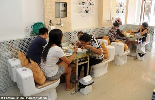 Kỳ dị những nhà hàng toilet trên thế giới - anh 4