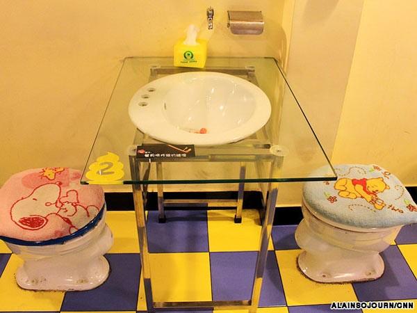 Kỳ dị những nhà hàng toilet trên thế giới - anh 7