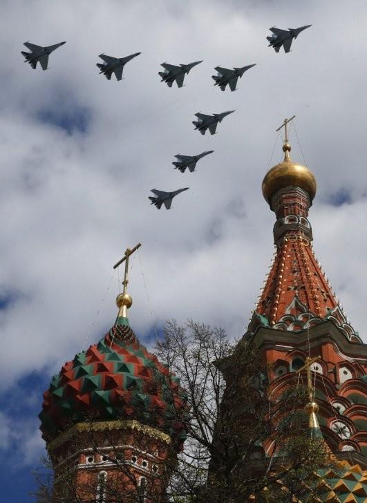 Đường phố Nga ngập tràn sắc đỏ kỷ niệm ngày chiến thắng phát xít - anh 4
