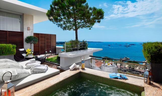 Soi chỗ ăn ở lộng lẫy của các ngôi sao đến dự LHP Cannes - anh 4