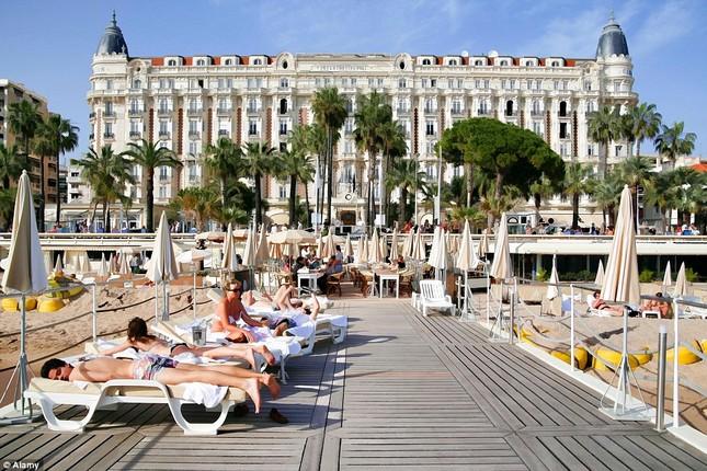 Soi chỗ ăn ở lộng lẫy của các ngôi sao đến dự LHP Cannes - anh 5