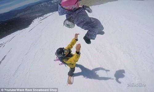 Clip hai cha con trượt tuyết gây bão cộng đồng mạng - anh 4