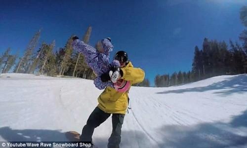 Clip hai cha con trượt tuyết gây bão cộng đồng mạng - anh 5