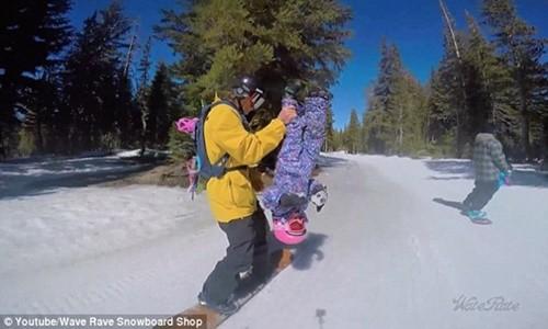 Clip hai cha con trượt tuyết gây bão cộng đồng mạng - anh 2