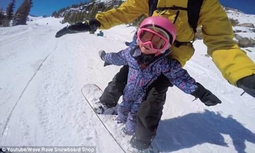 Clip hai cha con trượt tuyết gây bão cộng đồng mạng - anh 1