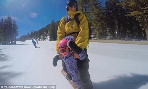 Clip hai cha con trượt tuyết gây bão cộng đồng mạng - anh 3
