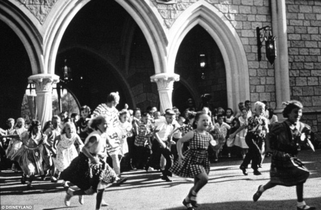 Disneyland tung những hình ảnh hiếm hoi vào dịp sinh nhật 60 năm - anh 9