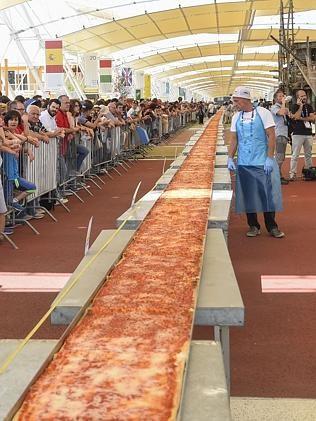 Chiêm ngưỡng chiếc bánh pizza dài nhất thế giới - anh 1