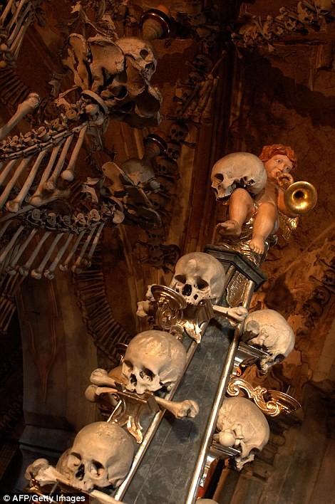Rợn tóc gáy thăm nhà thờ xương người ở Séc - anh 10