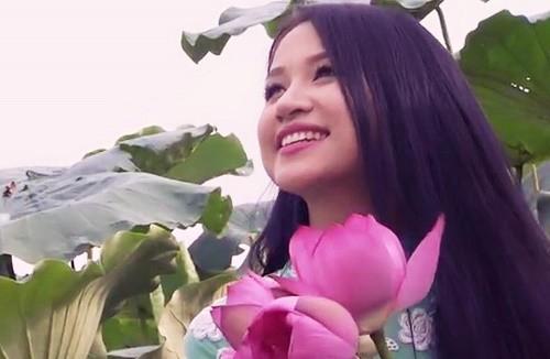 MC Vân Hugo duyên dáng bên hoa sen trong video quảng bá vẻ đẹp Hà Nội - anh 1