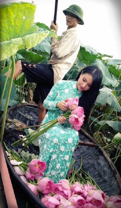 MC Vân Hugo duyên dáng bên hoa sen trong video quảng bá vẻ đẹp Hà Nội - anh 2