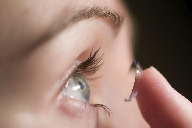 Những điều cần lưu ý khi sử dụng kính áp tròng - anh 1