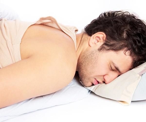 Nằm ngủ sai tư thế dễ yếu sinh lý - anh 1