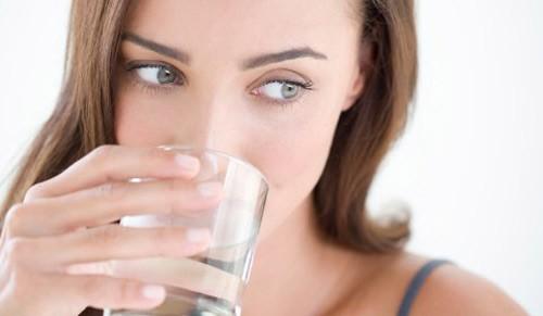 Mắc ung thư vì uống nước không đúng cách - anh 1