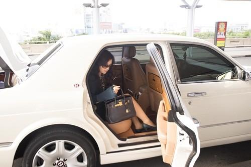 Hoa hậu Giáng My sành điệu khoe chân thon trắng muốt tại sân bay - anh 1
