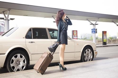 Hoa hậu Giáng My sành điệu khoe chân thon trắng muốt tại sân bay - anh 2