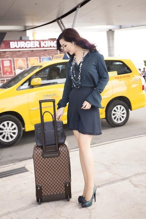 Hoa hậu Giáng My sành điệu khoe chân thon trắng muốt tại sân bay - anh 4