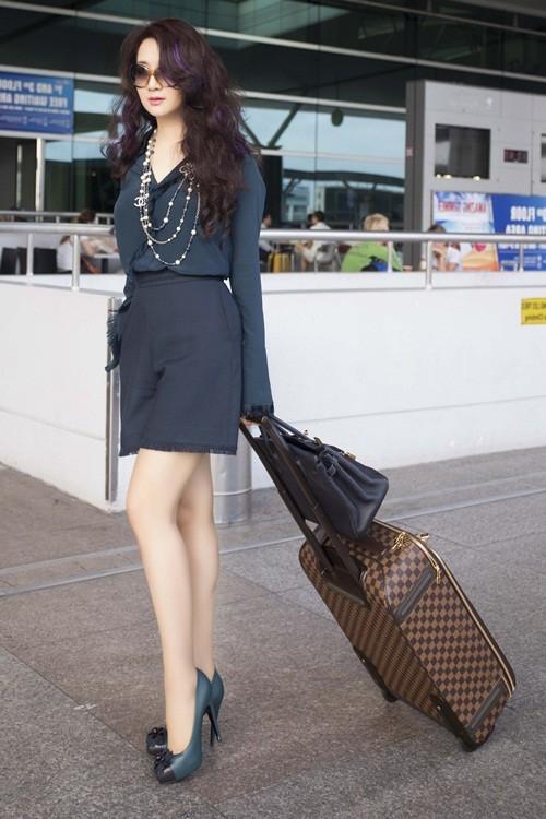Hoa hậu Giáng My sành điệu khoe chân thon trắng muốt tại sân bay - anh 12