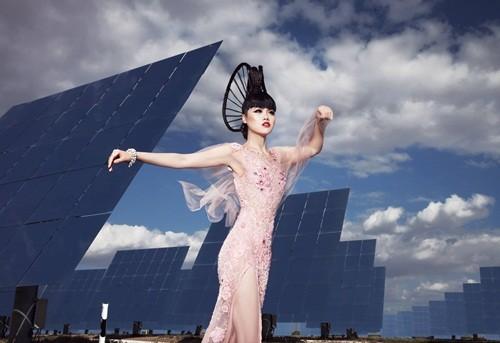 Show thời trang đầu tiên trong lịch sử diễn ra tại nhà máy năng lượng mặt trời lớn nhất thế giới - anh 1