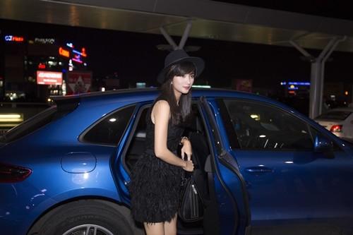 """Kim Tuyến bị fan """"bủa vây"""" giữa đêm tại sân bay - anh 1"""