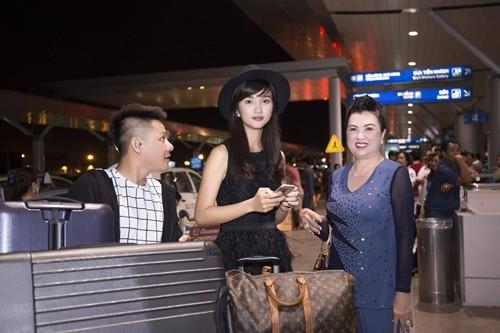 """Kim Tuyến bị fan """"bủa vây"""" giữa đêm tại sân bay - anh 2"""