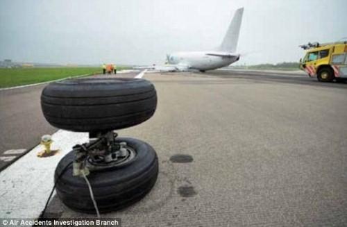 Máy bay Boeing chở 18 tấn hàng bất ngờ rụng bánh khi hạ cánh ở Anh - anh 1