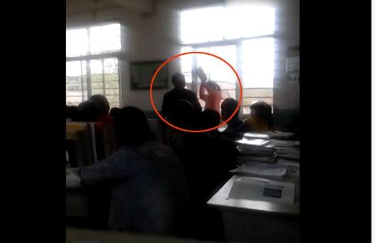 Nữ sinh Trung Quốc đánh nhau tay đôi với thầy giáo - anh 2