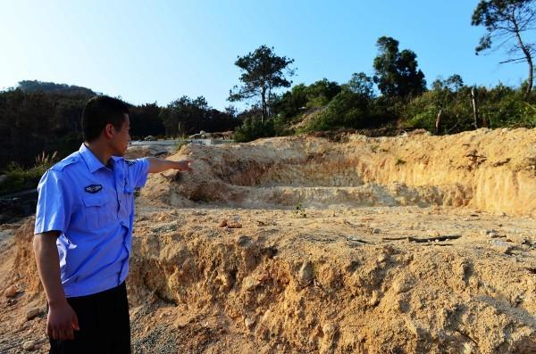 Trung Quốc: Phá rừng để xây mộ cho người... sống - anh 2