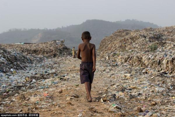 Trẻ em Ấn Độ mót rác sống qua ngày - anh 1