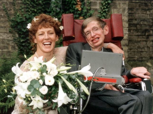 Stephen Hawking: Tình yêu của vợ đã thay đổi cuộc đời tôi - anh 9