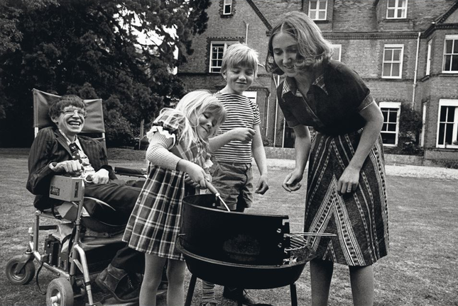 Stephen Hawking: Tình yêu của vợ đã thay đổi cuộc đời tôi - anh 8