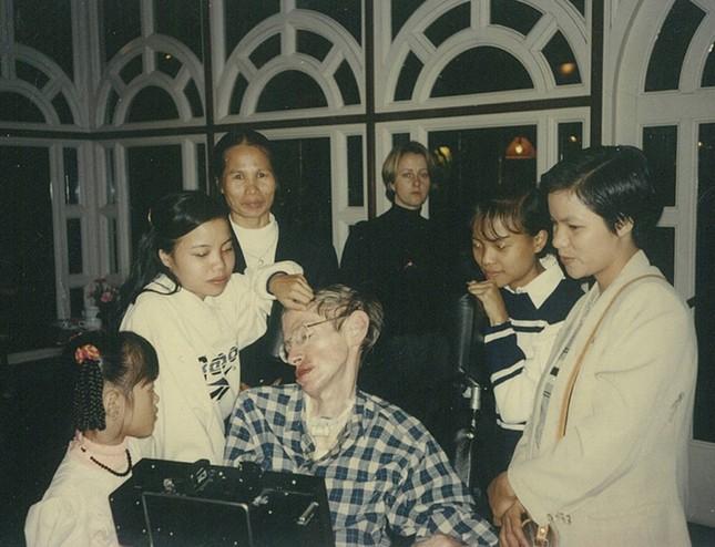 Con gái nuôi người Việt - 'điều ngẫu nhiên tuyệt diệu nhất' của nhà vật lý vĩ đại Stephen Hawking - anh 3