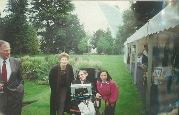 Con gái nuôi người Việt - 'điều ngẫu nhiên tuyệt diệu nhất' của nhà vật lý vĩ đại Stephen Hawking - anh 7