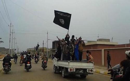 Cờ đen của IS bay trên trụ sở chính quyền thành phố Ramadi ở Iraq - anh 1