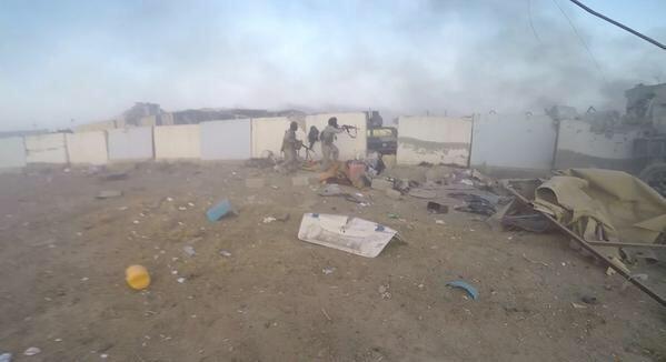Cờ đen của IS bay trên trụ sở chính quyền thành phố Ramadi ở Iraq - anh 3